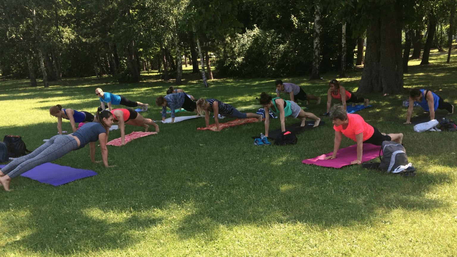 Szabadtéri csoportos jóga